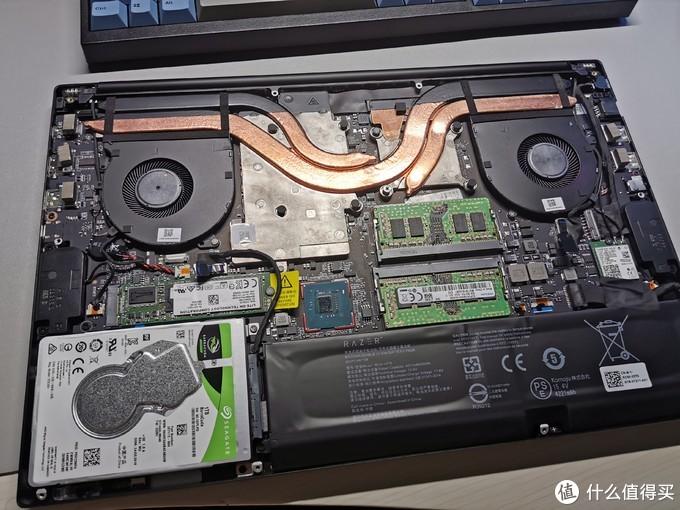 拆开D面后,内部一览无余。精英版因为比标准版薄一丢丢用的均热板散热,屏线也没地方放需要粘在均热板上。而标准版就没这烦恼,大空间用了传统的热管散热,屏线也有空间老老实实在主板下面走。因为标准版有HDD,为了给HDD腾空,电池比精英版缩水很多,从精英版的85Wh缩水到标准版的65Wh。续航少了一个钟头。