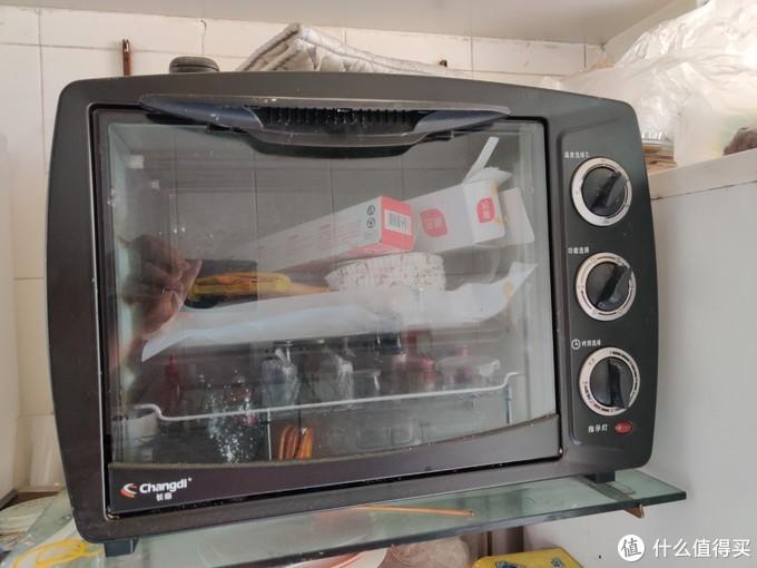 旧烤箱和一些烘焙用品。