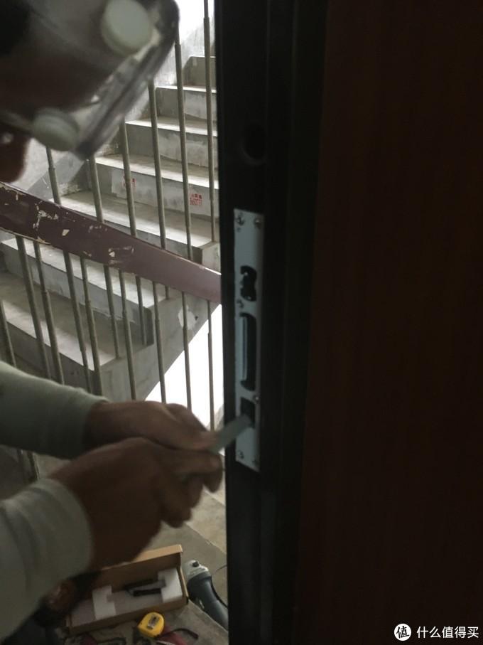 安装锁舌孔金属板
