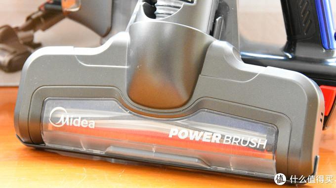 电动地刷上盖采用半透明设计,可以看到里面金属的转动部分