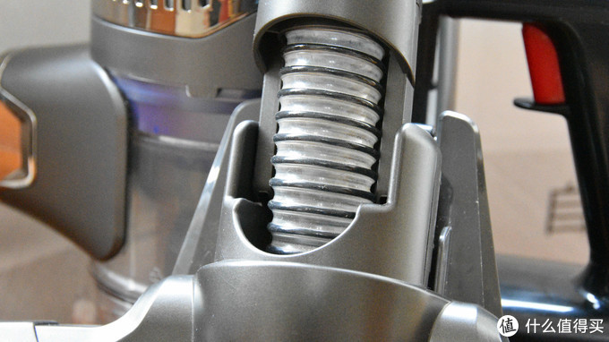 电动地刷和延伸管的连接处采用了带金属弹簧的透明软管结构。可以任意方向转动