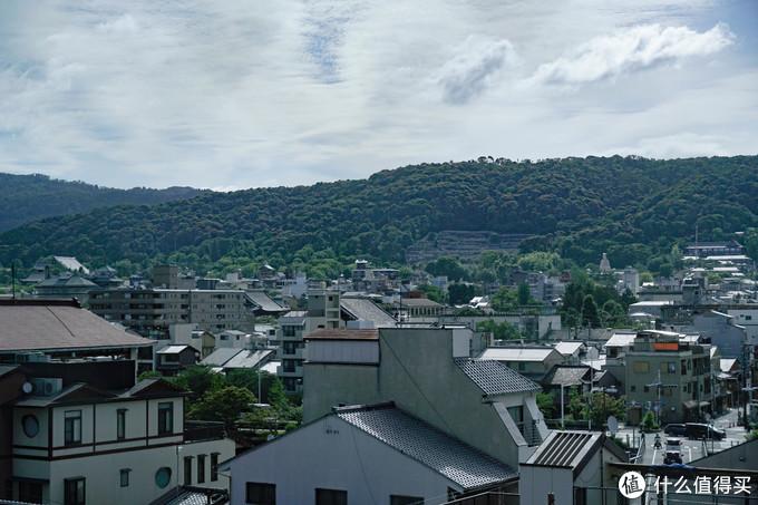 酒店的窗外,京都的房子都不高,风景很好,虽然看不到鸭川,也算山景房吧。