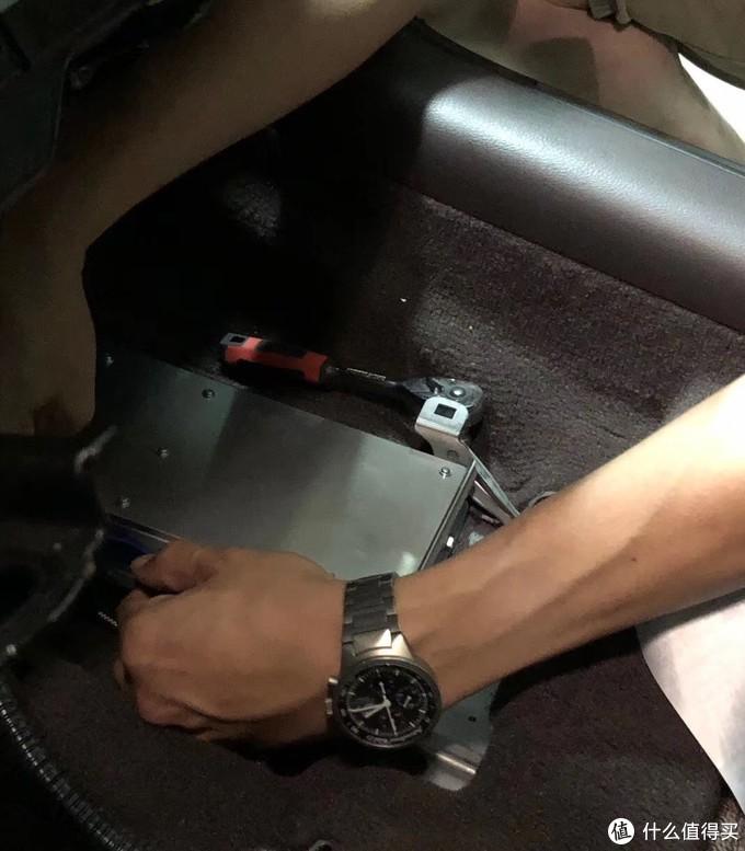 功放在驾驶座下面,卸两个螺丝把座椅放倒即可轻松拆出