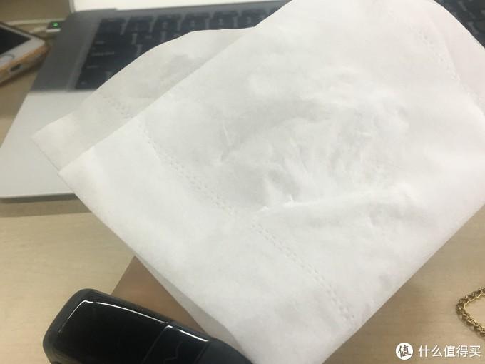 涂完拿纸巾贴一下,有点腻,黏在手上了。