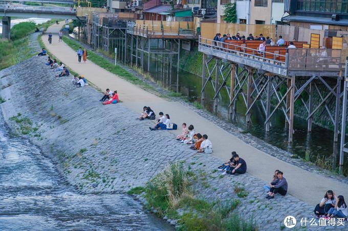 去四条的路上,看到鸭川边坐满了乘凉的人。