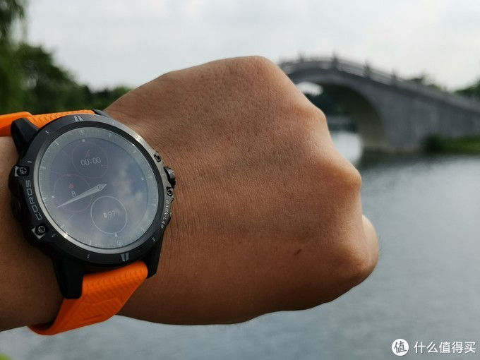 黑色手表搭配橙色表帶,也顯得比較有活力。