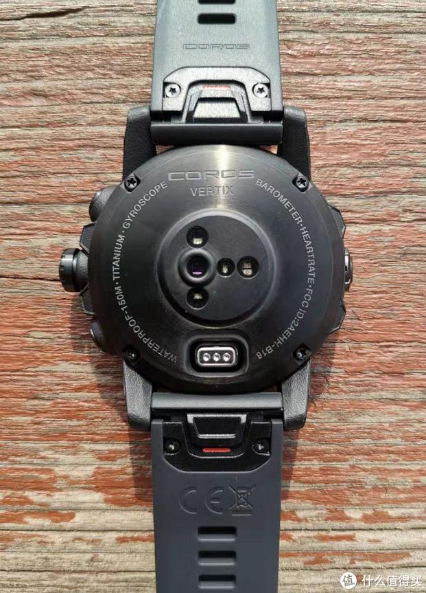 手表背面最中間的位置是光點心率模塊,呈T形設計;充電口位于手表正下方,為COROS延續的插入式充電接口。