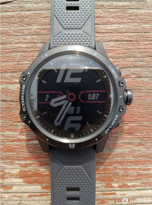 COROS VERTIX一共只有三顆實體按鍵,均位于手表右側;手表左側最中間位置則設計了一個類似麥克風的東西,是用于測量氣壓轉換計算海拔高度的;產品機身采用TC4鈦合金和高強度尼龍纖維材料構成,具備15ATM防水等級;而在手表屏幕上,則使用了一塊1.2英寸、240×240的全反射記憶液晶屏幕,外面由藍寶石玻璃外屏加以保護。