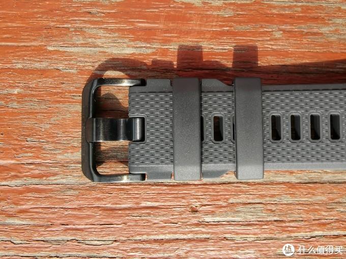 表帶扣設計,通體呈啞光配色,在表帶側面設計有卡扣位置可以固定表帶扣,防止移動;密集的卡孔設計既能幫助跑者調節到最舒適的松緊度,也能在運動的時候增加透氣性。