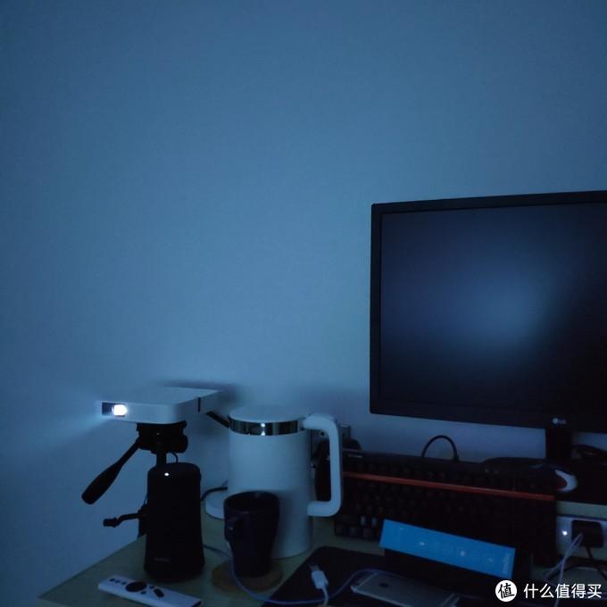 ▲▲ 由于前后都是白墙,房顶也是,投影时光线并不算很暗。