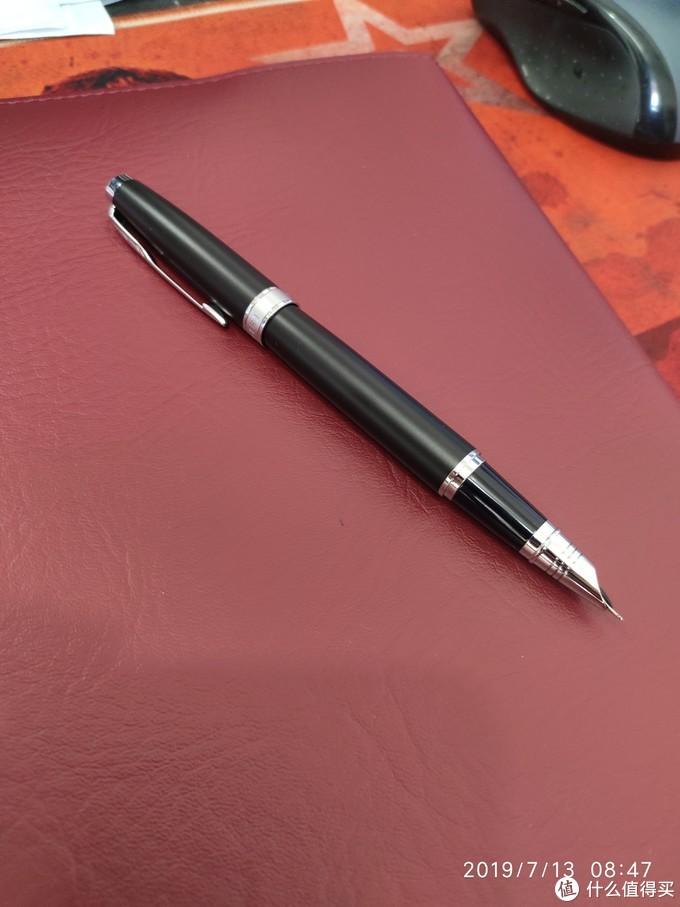 笔帽可以很好的插入笔身,整体修长