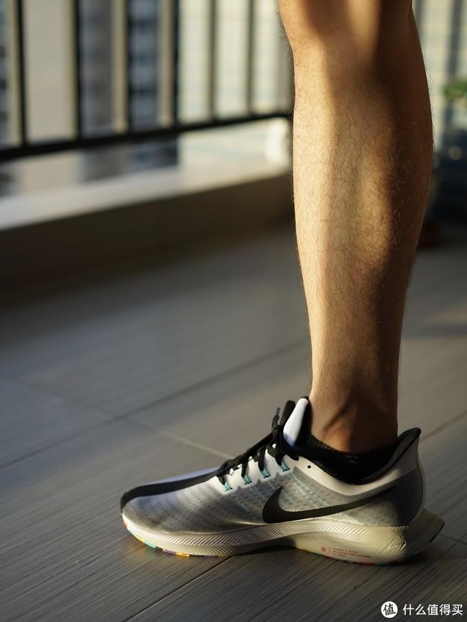 ↑上脚的第一感觉就是软,并且包裹性良好。