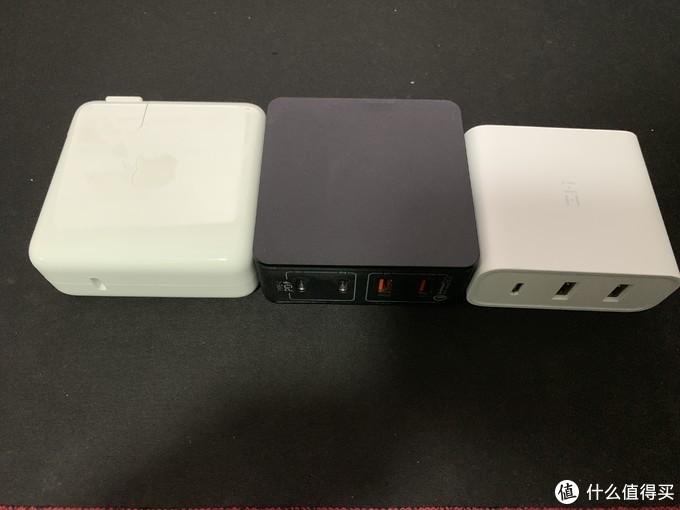 依次为苹果61w ,摩米士66w, 紫米65w,苹果61w 和摩米士66w体积相当