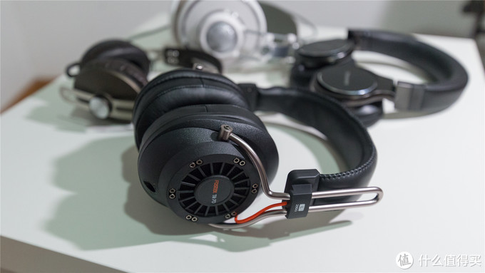 fostex tr70 和常见的耳机比较大小,如图所示。