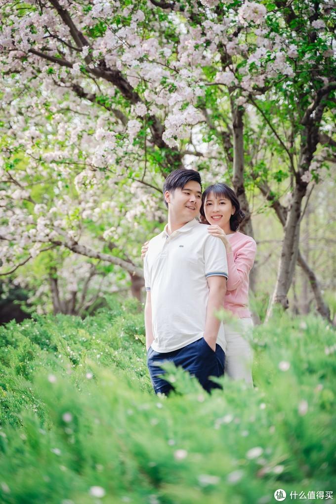 女孩的手搭在男孩肩膀上,象征二人的亲密关系