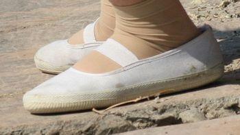 迪卡侬女款网面小白鞋外观展示(网面|图案|鞋底|重量)