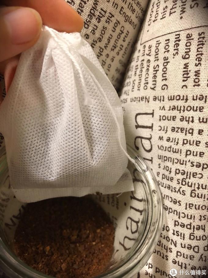 装上茶滤包,准备做冷萃咖啡