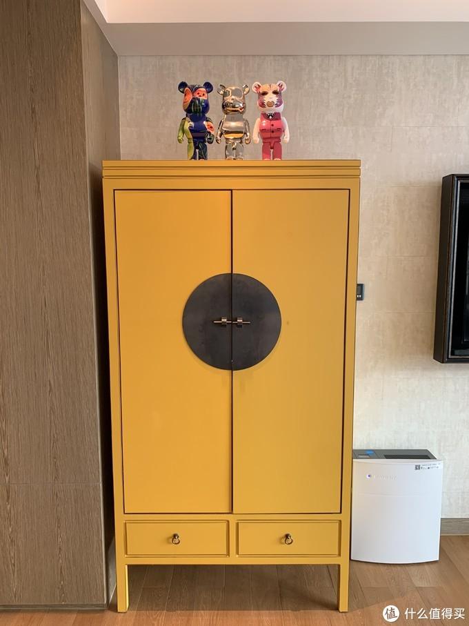 衣柜的装饰,上面有很潮的三个小熊。。。另外可以看到房间内是有blue爱人的净化器的