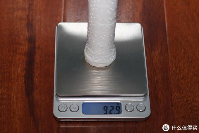 评测环境:穿线搭配VBS-63,穿线磅数均为27lbs,由于是出汗较多的夏季,所以手胶我选用的是带有透气孔的PU平胶—GR262,GR262较其他手胶更为纤薄,我更习惯在不去底胶的情况下上2-3层的减震膜(GR50)以提升减震手感。
