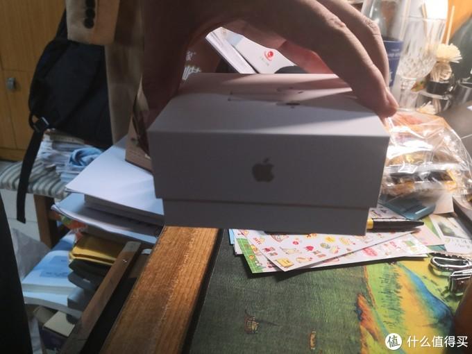 真假中非常重要的一部分,苹果家纸盒特有的阻尼感
