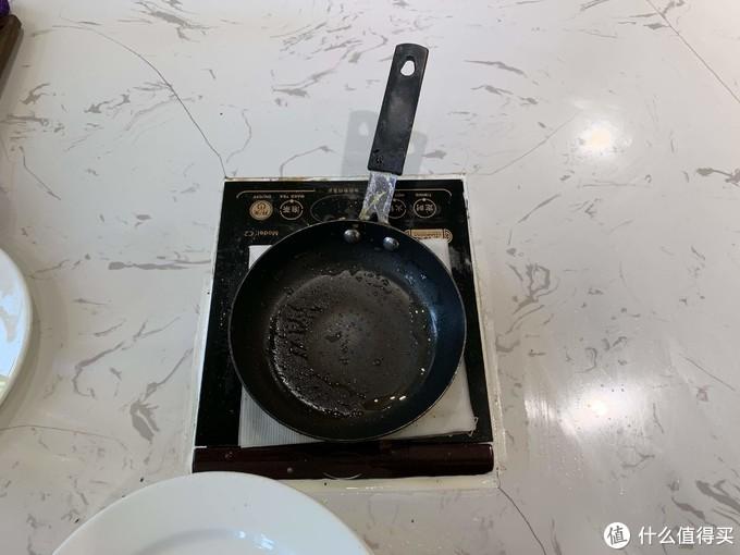 很多酒店看到的会是那种一整个铁板在煎的,但是这家店竟然是这种小的煎蛋锅!