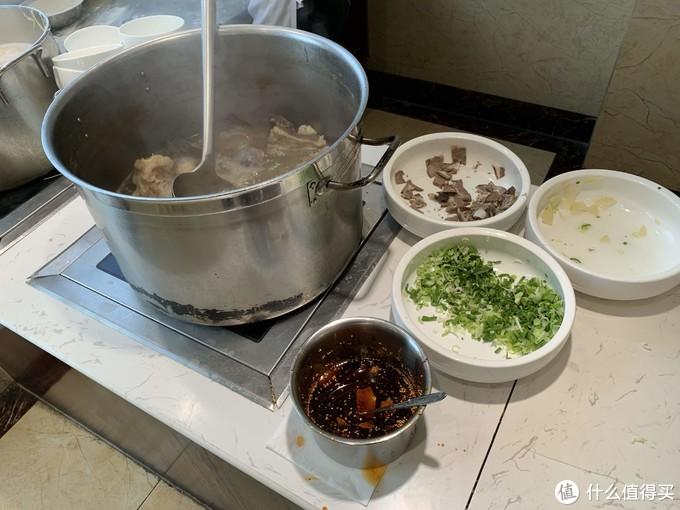 这里的面是牛肉拉面,锅里熬的是骨头汤,味道闻起来就很浓郁