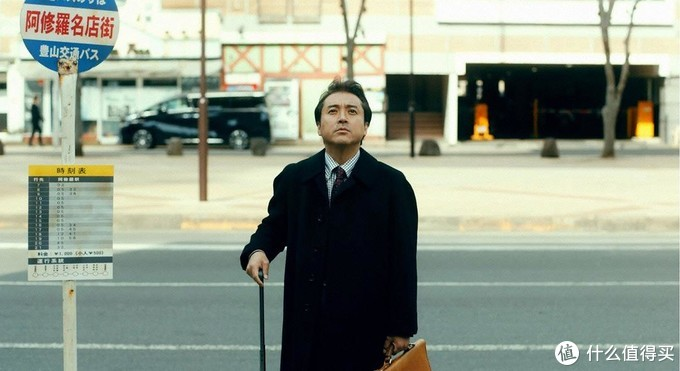 """中堅広告代理店・宣告社边缘员工狛江光雄,(45岁),单身赴任即将倒闭的""""修罗街""""分社社长。本片讲述的就是他在上任阿修罗名店街时发生的爆(bei)笑(can)故事。"""
