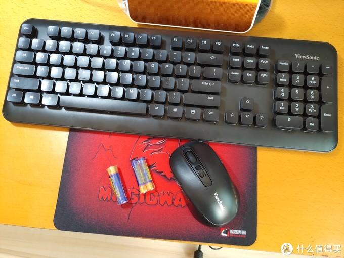 开箱过程略过,包装内除了键盘鼠标外还有一节号电池和两节7号电池。此外店家还赠送了一张鼠标垫。