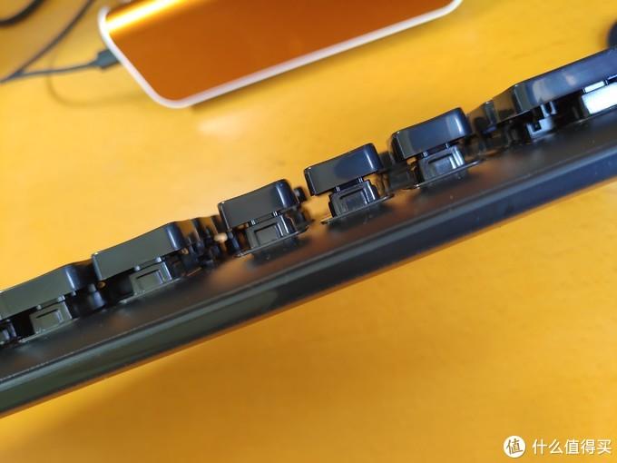 键帽下方的基座高出键盘平面。