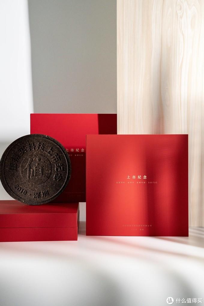 ▲方正端庄的红色外盒,触感细腻,气质典雅