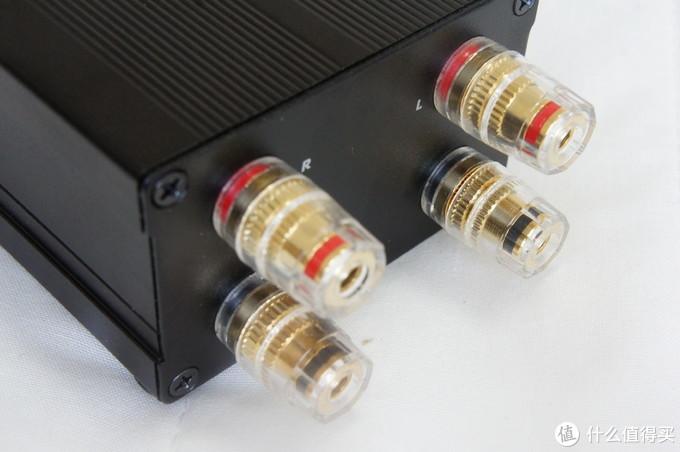 背部就是4条用于连接EF100或其他功放的接头,可接莲花头,也可接U型插。