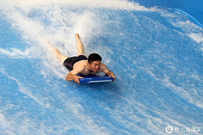 谁说冲浪就得有大海,在泰国普吉岛没有大海照样冲,还能晚上冲浪