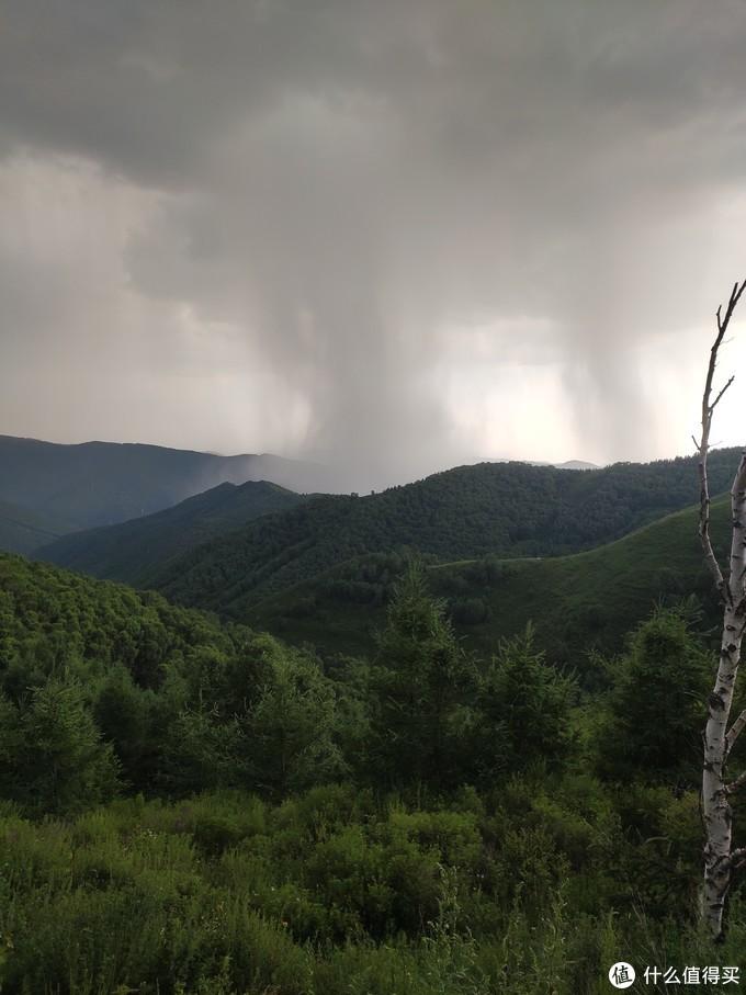 远处在下雨