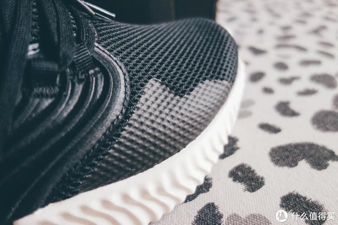 鞋侧有热熔覆盖,能起到一点点力偏移的防翻转作用