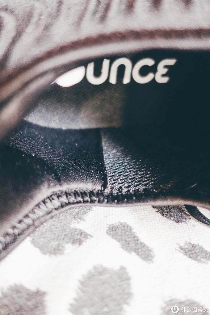 后跟的内衬材质和鞋的前中部是不同的,前边网布后跟是丝绵材质