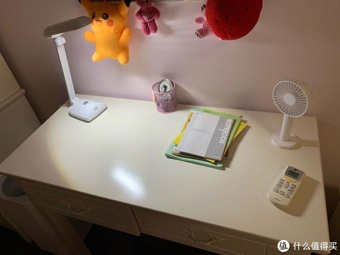 这个是原来好势力的一款台灯,照明的范围没有覆盖所有桌面。