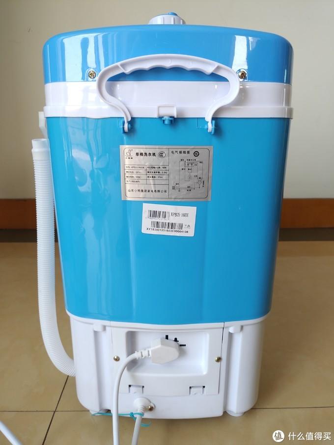 背面有个提手,底部为电源线,铭牌贴纸标注型号为XPB25-1603E,洗涤功率为160W,洗涤容量2.5kg,防水等级IPX4。