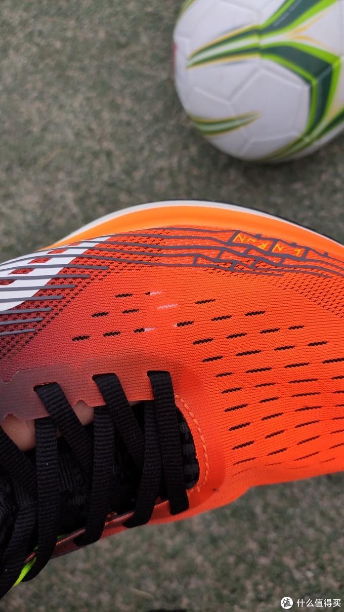 一体编制鞋面透气良好,内外2层设计,鞋面轻薄。官网介绍说是贾卡材质,外行的我不知道什么鬼,手感韧性不错,