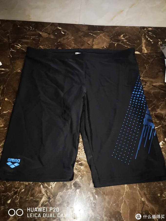 产品正面外观,右腿处的小LOGO与侧边大LOGO交相呼应,流线型设计减少阻力