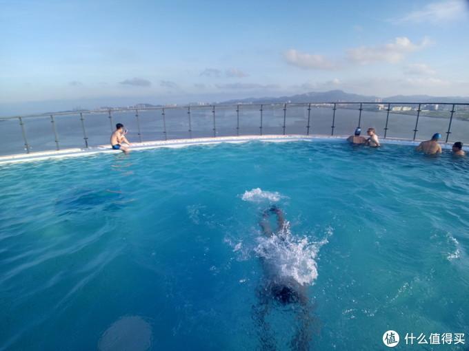 在楼顶泳池游泳