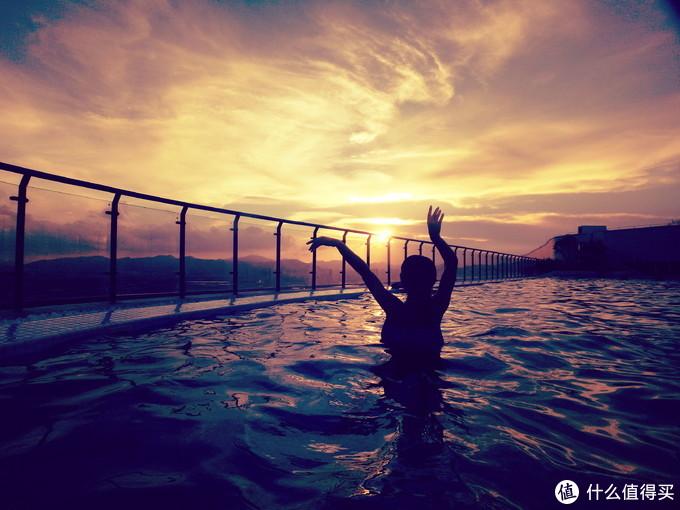 天际泳池夕阳