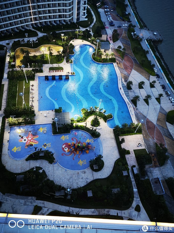 楼下是一个号称4万平的泳池但是感觉是被开发商忽悠了