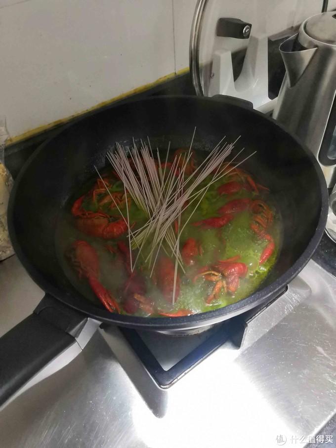 吃剩的小龙虾汤汁千万不要浪费,煮面味道超赞