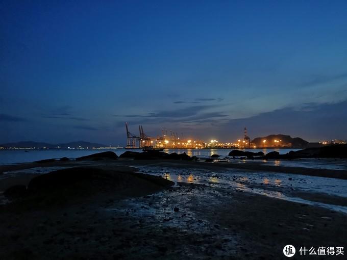 傍晚时分的厦门海沧嵩屿码头