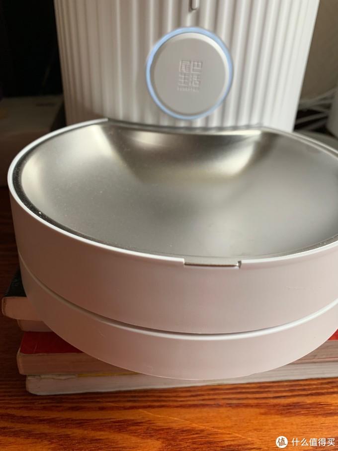 出口是一个圆形LED灯光好看,好评。底下这个不锈钢食盘是带称重了。带称重。带称重
