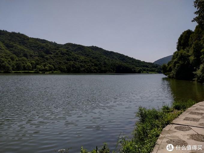 顺着湖边小路向山中进发