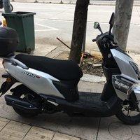 铃木UY125摩托车外观展示(正脸|车灯)