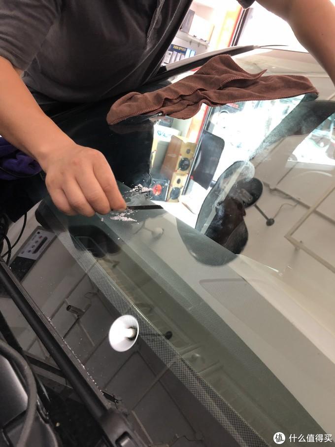十分钟后揭下塑料纸开始用小刀清理多余的修补液