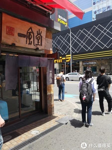 """对面那个商场官方中文名称是""""惊安的殿堂唐吉诃德的激安"""""""