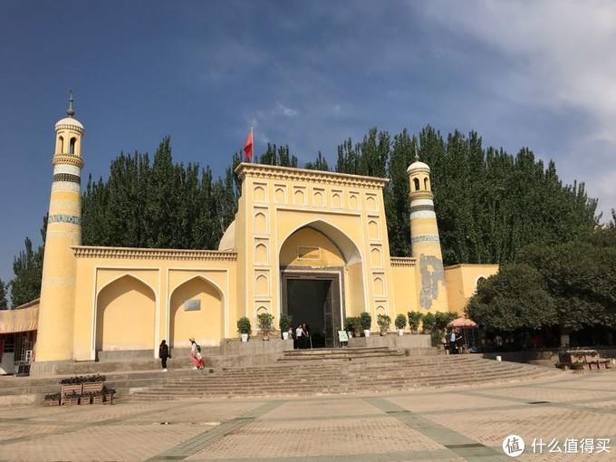 """艾提尕尔清真寺(维吾尔语:ھېيتگاھ مەسچىتى Héytgah Meschit),又译为""""艾提尕""""""""艾提卡尔""""。始建于1442年,南北长140米,东西宽120米,占地总面积为1.68万平方米,分为""""正殿""""、""""外殿""""、""""教经堂""""、""""院落""""、""""拱拜孜""""、""""宣礼塔""""、""""大门""""等七部分,它不仅是新疆规模最大的清真寺,也是全国规模最大的清真寺之一。"""